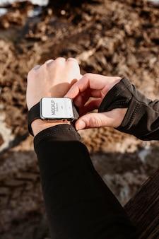 Chiuda sull'orologio da portare della mano