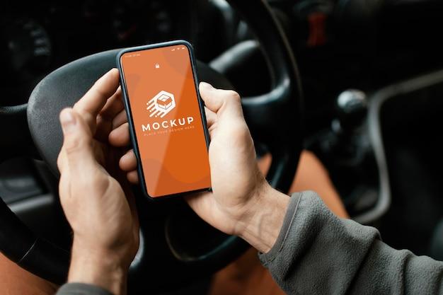 Крупным планом руки, держащие смартфон