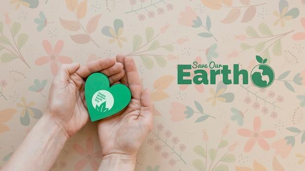 クローズアップの手は地球の概念を保存します