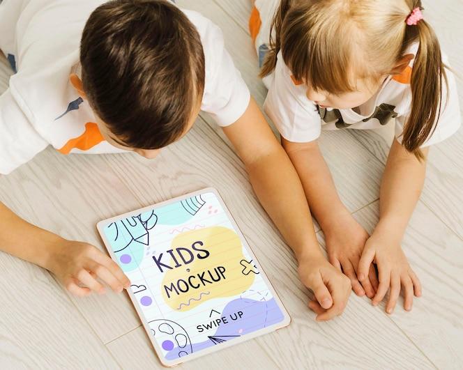 タブレットで床に子供をクローズアップ