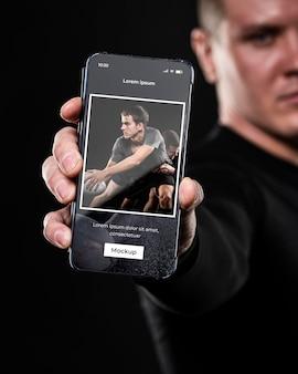 Chiuda sull'uomo che tiene smartphone