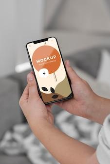 Закрыть вверх мобильный телефон в спальне Premium Psd