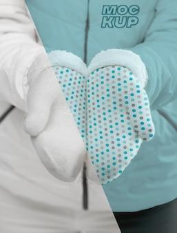 Крупным планом модель в перчатках Premium Psd