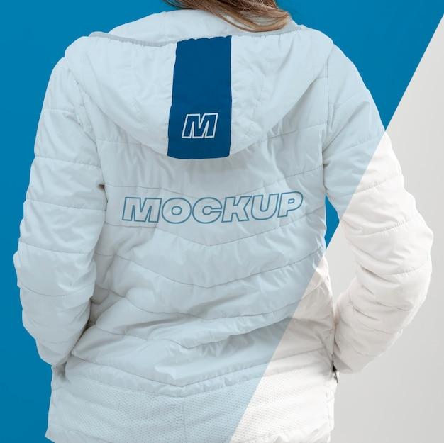 Крупным планом модель с видом сзади куртка