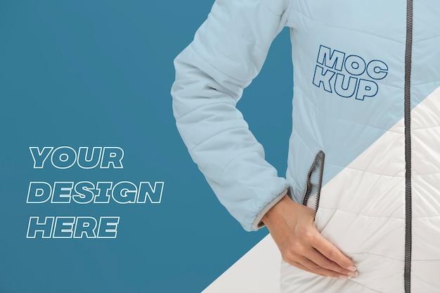 Крупным планом модель с курткой