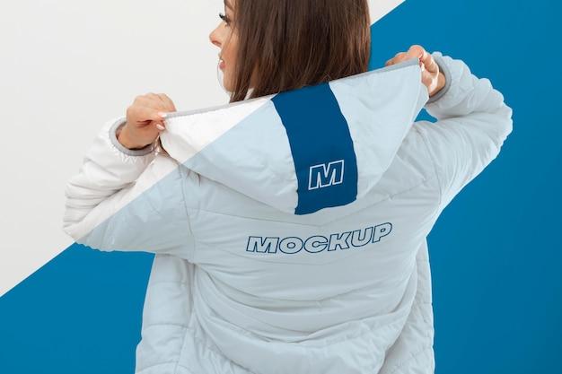 Крупным планом модель с теплой курткой