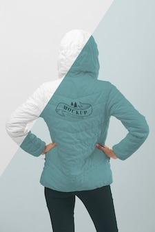 Крупным планом модель с зимней курткой