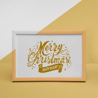 Крупный план счастливой рождественской рамки с макетом