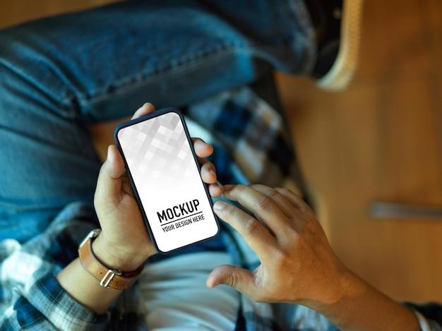 Крупным планом бизнесмена, держащего макет смартфона