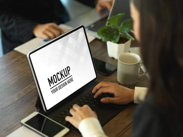 Крупным планом бизнесвумен, работающая с макетом цифрового планшета