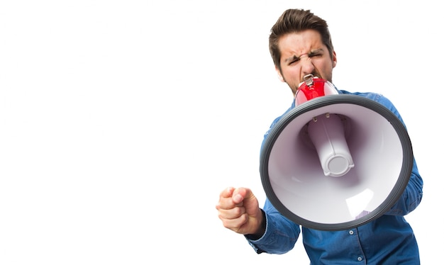 Крупным планом концентрированного работника с мегафоном