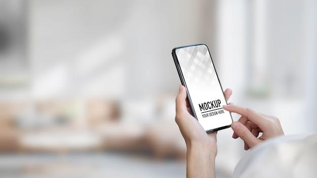 Крупным планом руки с помощью макета смартфона