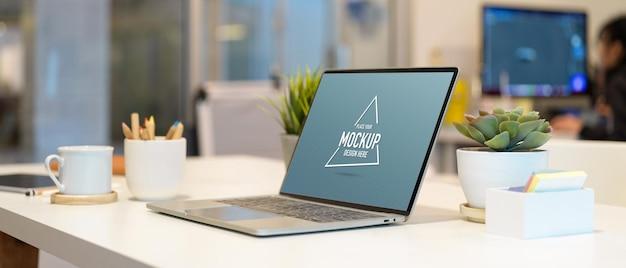 ポータブルノートパソコンの画面ワークスペースのクローズアップ