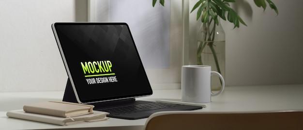 Макет планшета с чашкой кофе крупным планом