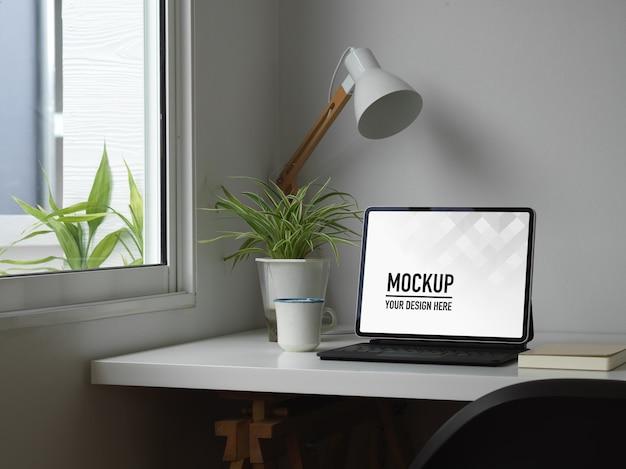 Крупным планом белый концептуальный домашний офис с макетом цифрового планшета