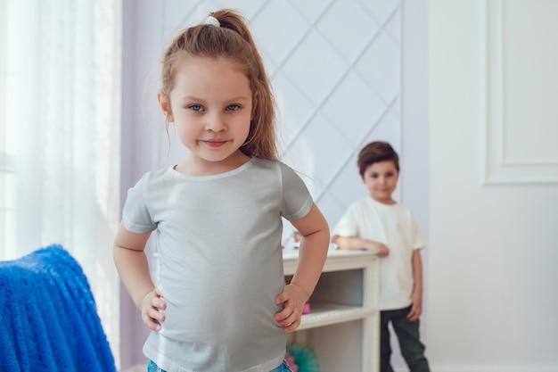 티셔츠 모형과 함께 아름다운 소녀에 가까이