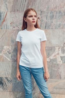 T- 셔츠 모형에서 아름 다운 젊은 여자에 가까이