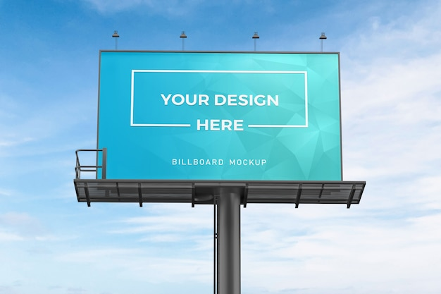 Крупным планом на макете рекламного щита на голубом небе