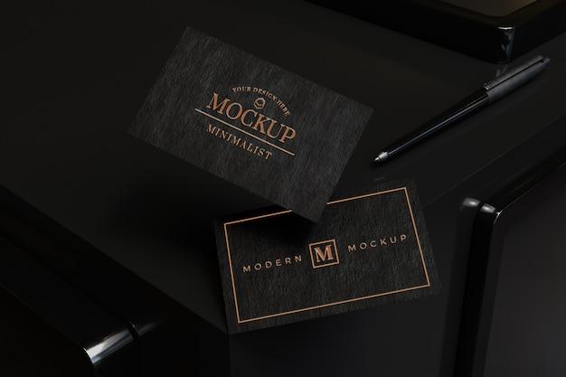 Крупным планом на макете черной визитной карточки
