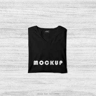 Крупным планом на черном сложенном макете футболки