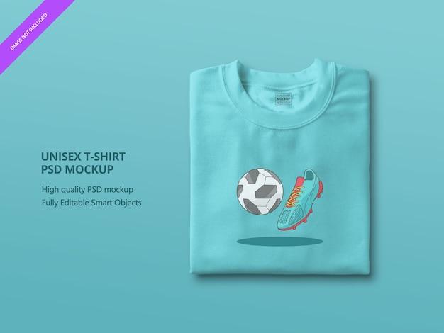青い折り畳まれたtシャツのモックアップのクローズアップ
