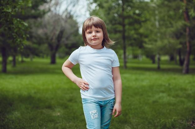 Крупным планом на мокапе милый ребенок в футболке