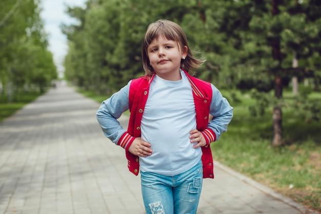 Tシャツのモックアップを身に着けているかわいい子供にクローズアップ