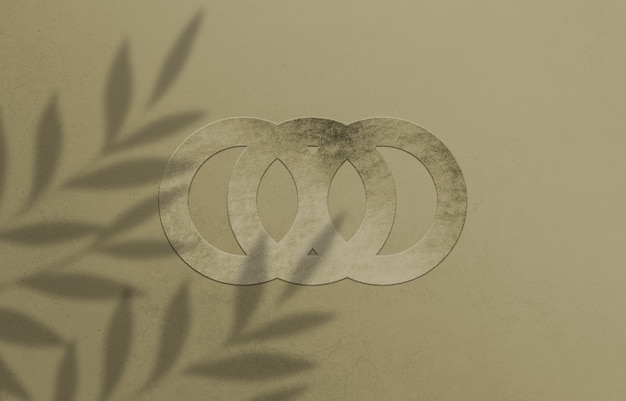 紙にデボス加工されたロゴのモックアップをクローズアップ