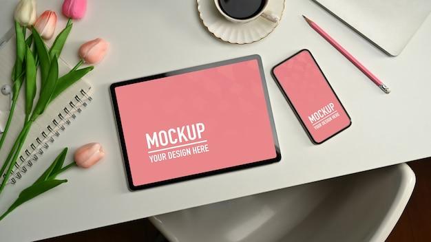 Крупным планом на цифровом планшете и макете телефона с кофе