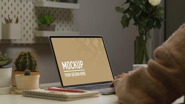 デジタルタブレットとノートブックのモックアップをクローズアップ