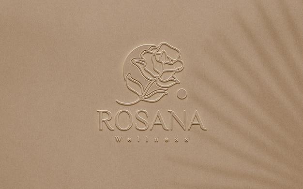 Макет тисненого пластикового логотипа крупным планом