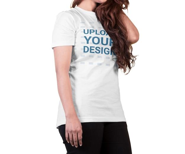 고립 된 여성 입고 티셔츠 모형에 가까이