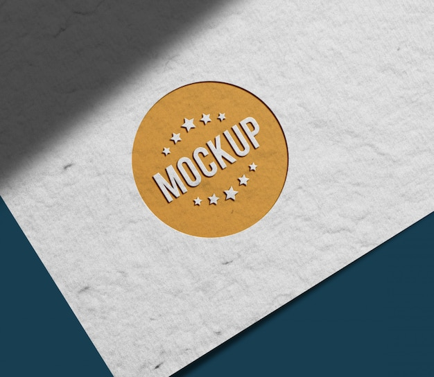 Крупным планом на переднем бумажном макете логотипа