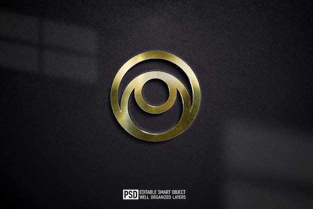 暗い壁にゴールドの豪華なロゴのモックアップをクローズアップ