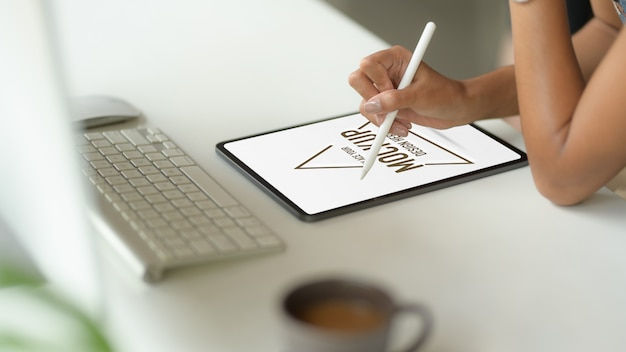 Крупным планом с помощью макета цифрового планшета