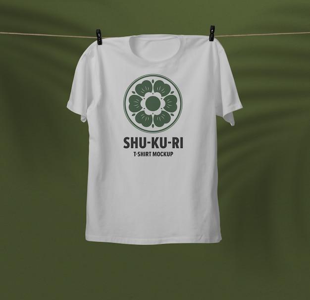매달려있는 티셔츠 모형에 가까이