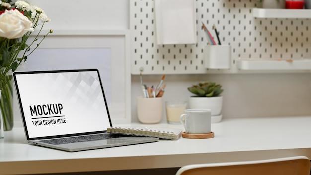 Крупным планом на столе домашнего офиса с макетом ноутбука