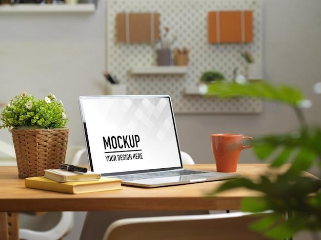 ノートパソコンのモックアップでホームオフィスの机にクローズアップ