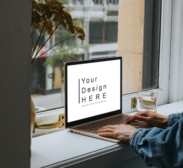 Крупным планом на макете ноутбука перед окном