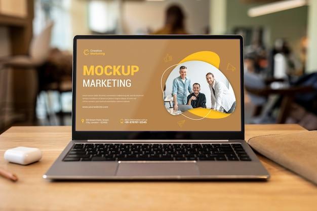 Крупным планом на макете экрана ноутбука
