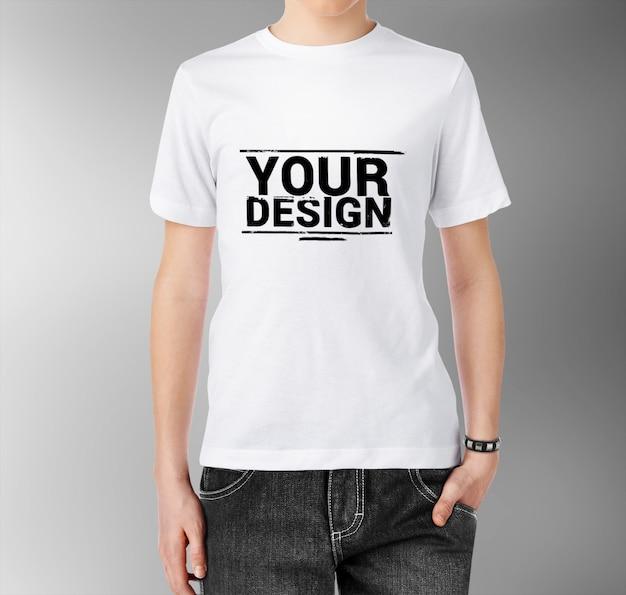 T- 셔츠 모형을 입고 남자에 가까이 프리미엄 PSD 파일