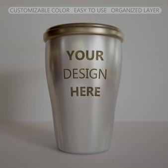 ミニステンレス鋼のコーヒーカップのモックアップエンボスにクローズアップ