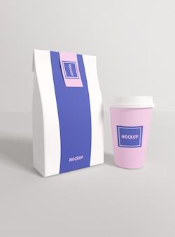 紙の包装とプラスチック製のコップのモックアップをクローズアップ