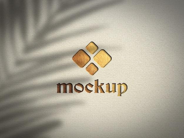 Крупным планом на реалистичный макет логотипа прессованной буквы из золотой фольги
