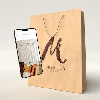 デジタルデバイスのモックアップで買い物袋をクローズアップ