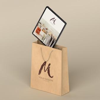 Крупным планом на сумке для покупок с макетом цифрового устройства