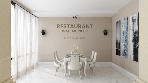 카페 장식 벽에 은색 로고 모형에 가까이