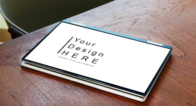 Макет ноутбука smart touch крупным планом на столе