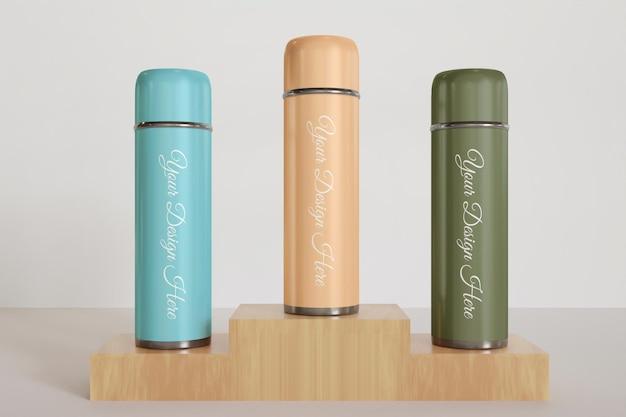 さまざまな色のタンブラーまたは魔法瓶のモックアップをクローズアップ