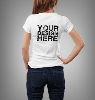 T- 셔츠 모형을 입고 여자에 가까이